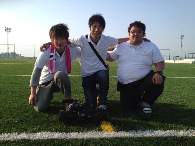 サッカー撮影前にクルーで記念撮影